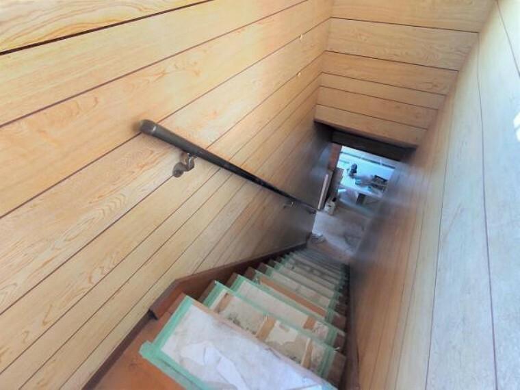 【リフォーム中/階段】階段はクッションフロアを重ね張りします。新品交換する手すりも付きますので、ご年配の方やお子様の上り下りも安心ですね。