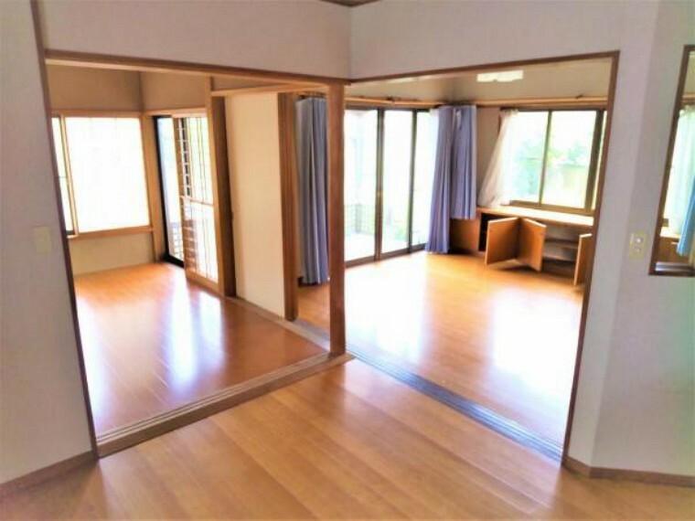 居間・リビング 【現在リフォーム中】こちらはダイニングスペースの様子です。クロスの張替えや床のワックスがけなどを行います。リビングと6帖洋室への行き来が出来る形なのでとても使いやすいですね。