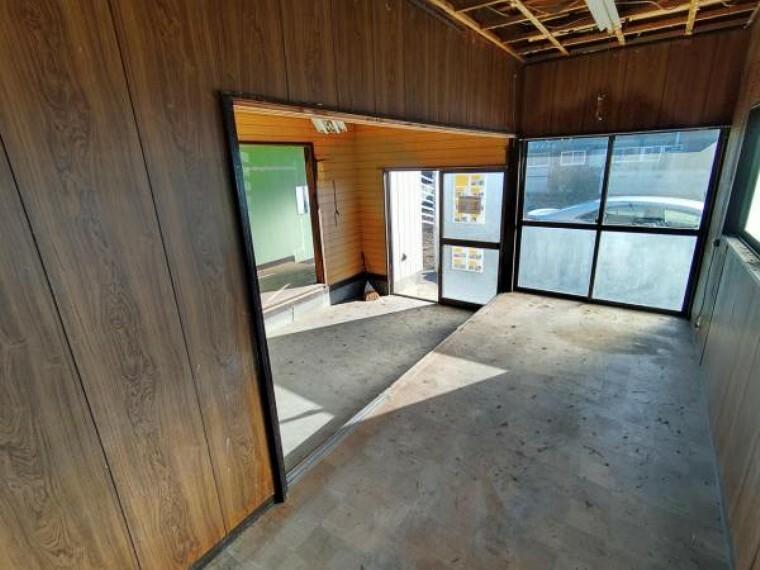 【リフォーム中10/24撮影】土間別角度の写真です。間取り変更で土間とLDK作成予定です。土間は高圧洗浄・床張替え・建具交換・クロス張替え・照明交換を行います。土間からリビングに上がれるような空間に生まれ変わりますよ。