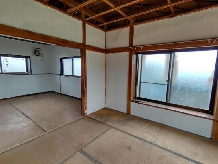 【リフォーム中10/24撮影】和室東側別角度の写真です。洋室6帖に変更予定です。床張替え・建具交換・クロス張替え・照明交換を行います。壁で間仕切り、プライベートな空間を保てますよ。