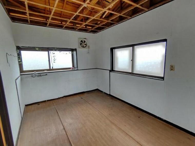 【リフォーム中10/24撮影】ダイニングの写真です。既存キッチンは撤去します。洋室4.5帖に変更予定です。床張替え・建具交換・クロス張替え・照明交換を行います。収納や書斎にも使えるスペースですよ。