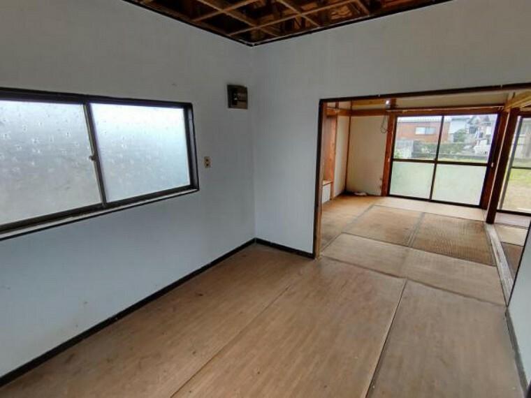玄関 【リフォーム中10/24撮影】ダイニング別角度の写真です。洋室4.5帖に変更予定です。床張替え・建具交換・クロス張替え・照明交換を行います。明るくスッキリした空間に生まれ変わりますよ。