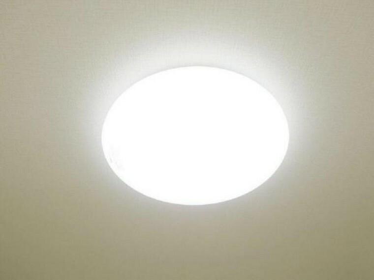 【同仕様写真】各居室にはLED照明器具を新設します。リモコン付きで操作も簡単。LEDですので節約にもなります。