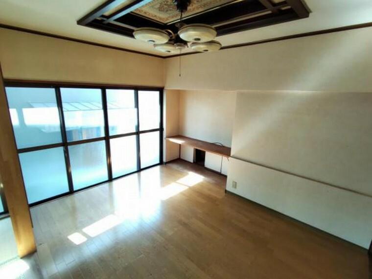 【リフォーム前写真】1階リビング 間取り変更により隣室とつなげる予定です。床フローリング重ね張り、壁・天井のクロス張替、照明器具(LED)の交換を行います。