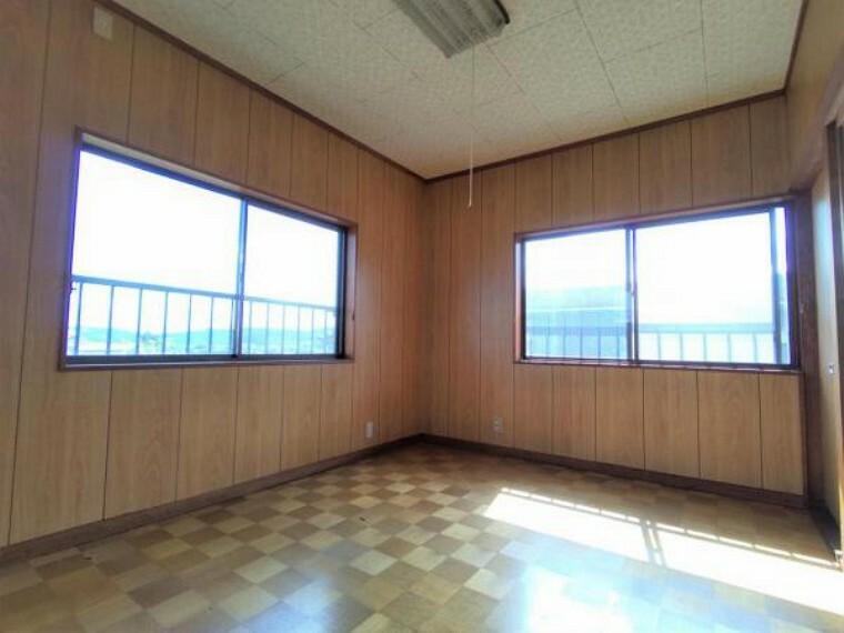 【リフォーム前写真】2階西側6帖洋室 床重ね張り、壁・天井クロス張替・照明器具交換を行います。3面の窓からはあたたかな陽射しと心地いい風を確保 明るく気持ちのいい室内に仕上げます。