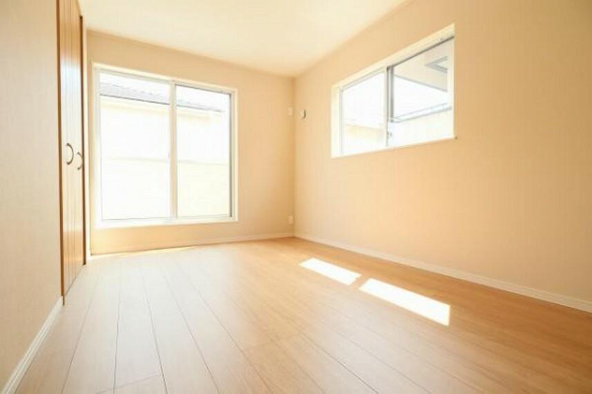 同仕様写真(内観) \同仕様写真/寝室や子供部屋にぴったりなシンプル洋室でお部屋のコーディネートが楽しめますね。