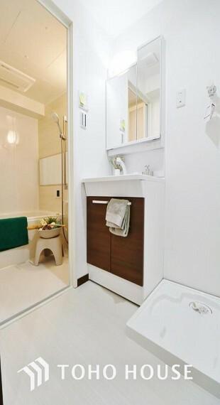 洗面化粧台 「洗面所」ナチュラルで、落ち着きを感じさせる空間の洗面所。洗面台上に取り付けられた照明が優しい印象を与えてくれるので、朝の準備もスムーズに進みそうですね。