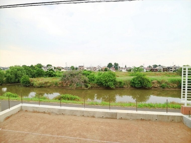 外観・現況 新河岸川のすぐそば、自然豊かな環境。遮るものが何もない、贅沢な風景を堪能できます。