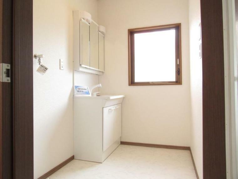 洗面化粧台 洗面化粧台も新品交換済み! 小窓もあり朝のピーク時でも人が通りやすい広さです。