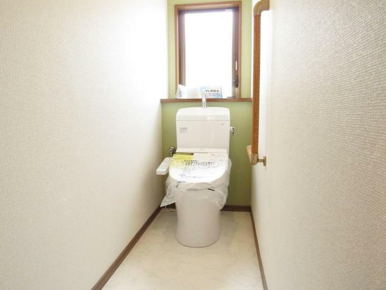 トイレ トイレも新品交換済みです! アクセントクロスも活用し落ち着きのある雰囲気に。