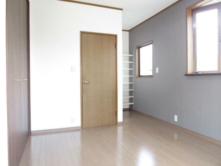 洋室 アクセントクロスを使い、おしゃれな出窓と落ち着いた色味の収納でシックなデザインに仕上げました。