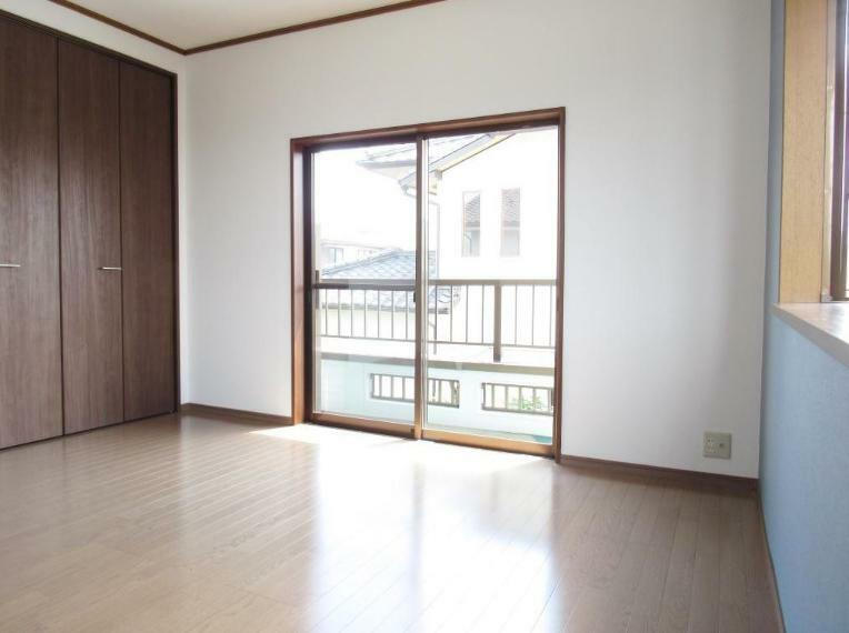 寝室 大きな窓から優しい光が差し込みます。