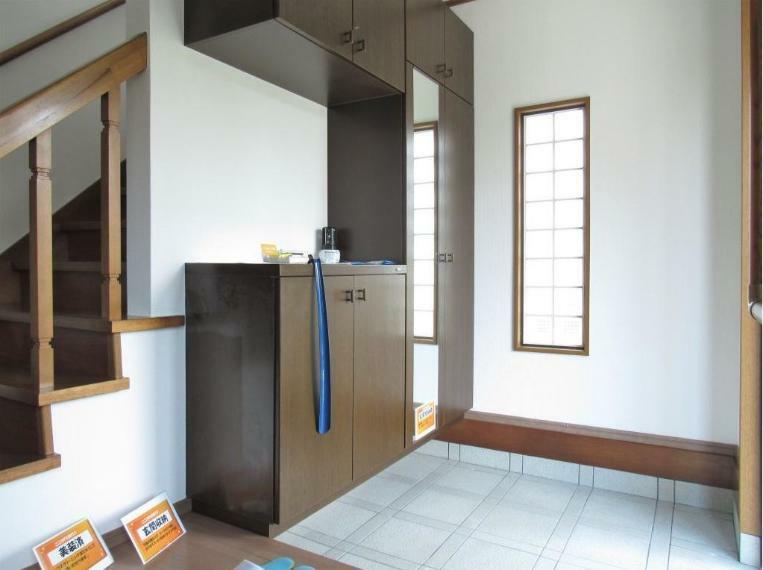 玄関 全面鏡付のシューズボックス、小窓からも彩光もとれており明るく使い勝手の良い玄関ですね!