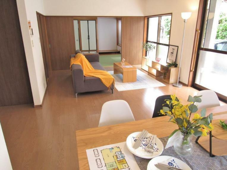 居間・リビング オープンなキッチンと4枚引戸で開放感のあるリビングに仕上げました!