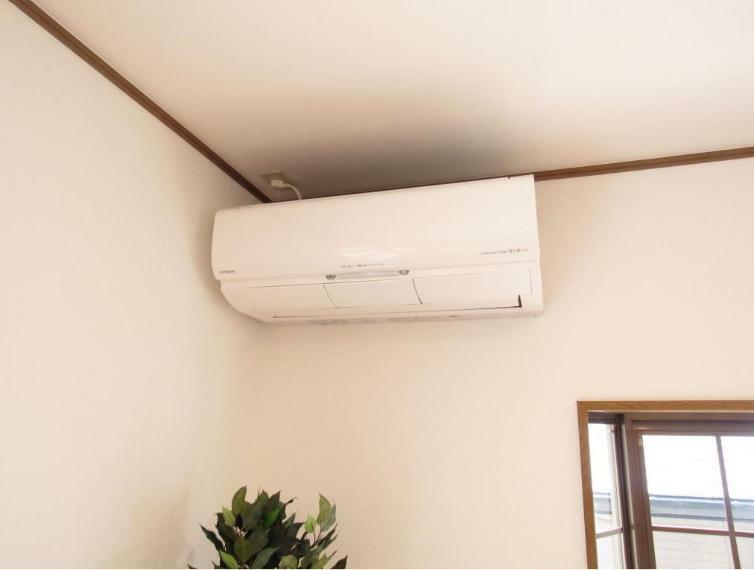 冷暖房・空調設備 リビングにはエアコンが付いています。