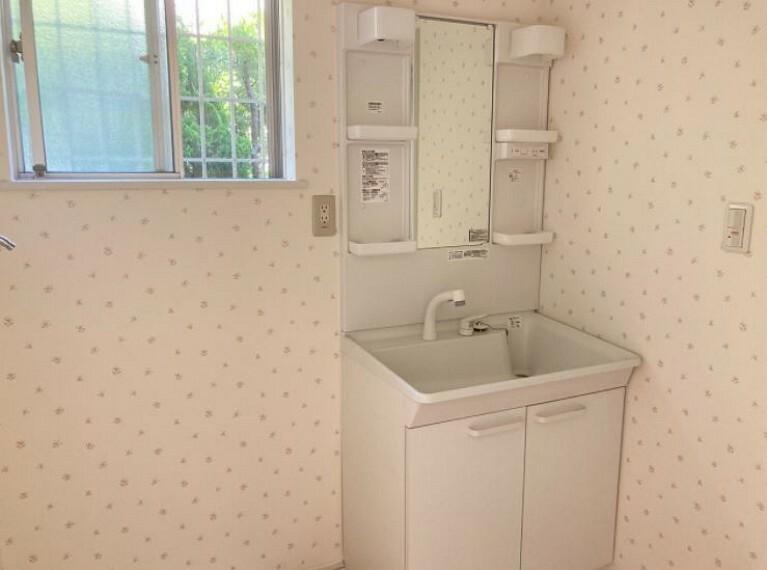 明るい洗面所は朝の気分もすっきりさせてくれる空間です。