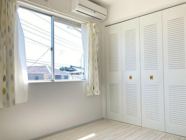 シンプルな木目調の床はお部屋の雰囲気を明るくしてくれます。