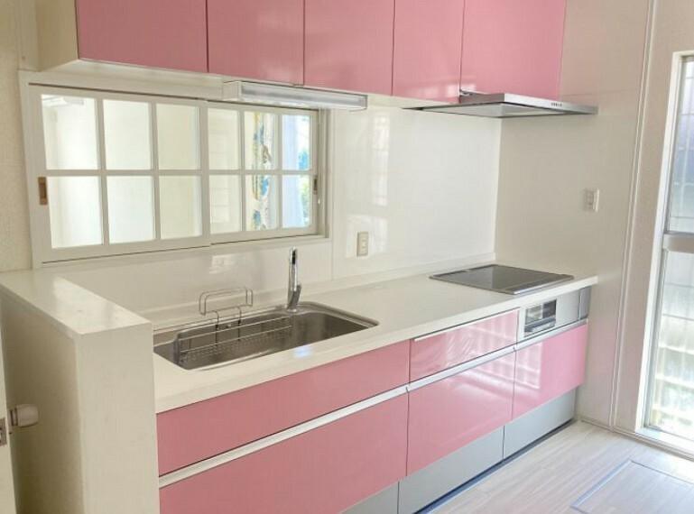 ワイドで使い勝手の良い、おしゃれなピンクのキッチン。