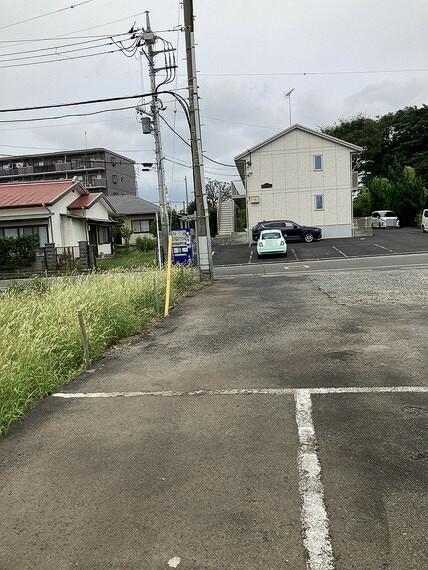 現況写真 隣地は駐車場となっており、より開放感がございます。