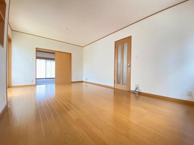 リビングダイニング LDKには窓からたくさんの光が入り、明るく、開放的な空間を演出します
