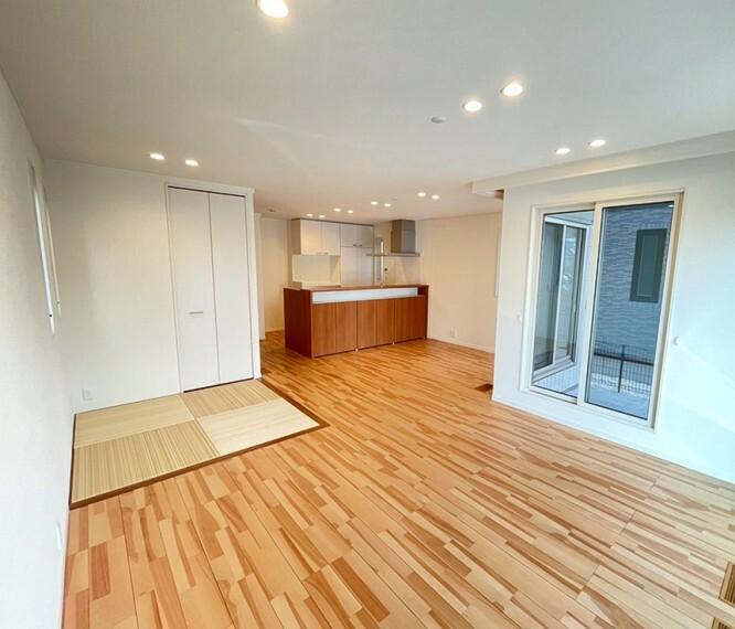 ダイニングキッチン B区画LDK(2021年9月撮影) 銘木・カバザクラ突板の床材を基調に、ミディアムトーンの造作色を組み合わせ、ナチュラル感のある空間に仕上げました。