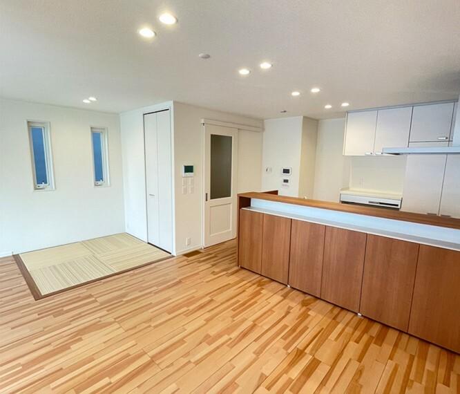 ダイニングキッチン B区画LDK(2021年9月撮影) ダイニングに隣接する和室は客間や遊び場にもできます。