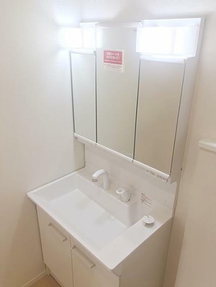 洗面化粧台 鏡の裏に収納を設置した洗面化粧台です。