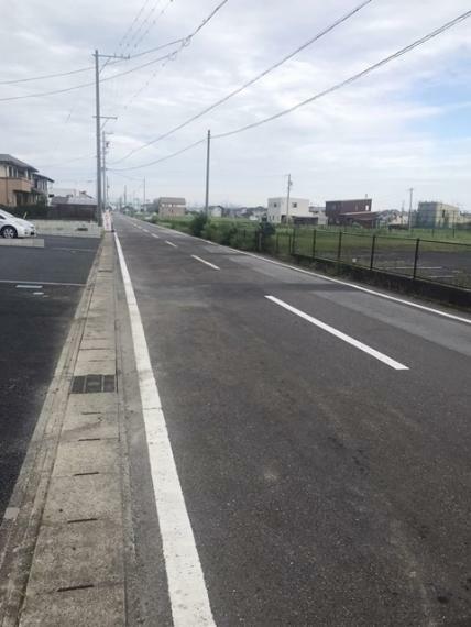 周辺の街並み 幅員6.97~7.01mの前面道路です。