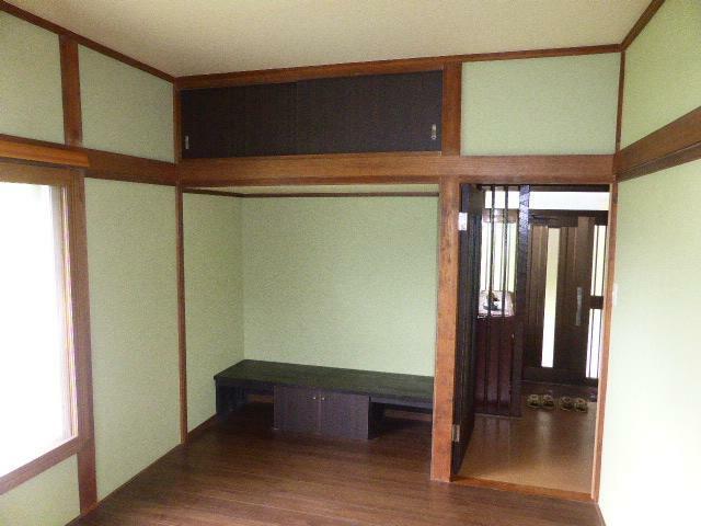 洋室 玄関すぐの洋室は、使い勝手のいい収納付きの6帖