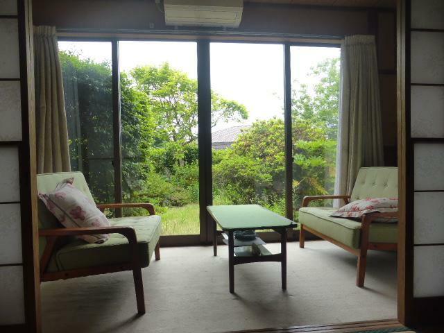 和室 庭を眺めながらのソファーでくつろぐことのできる贅沢