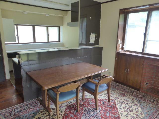 居間・リビング 対面キッチンが嬉しい12.5帖の広々としたリビング