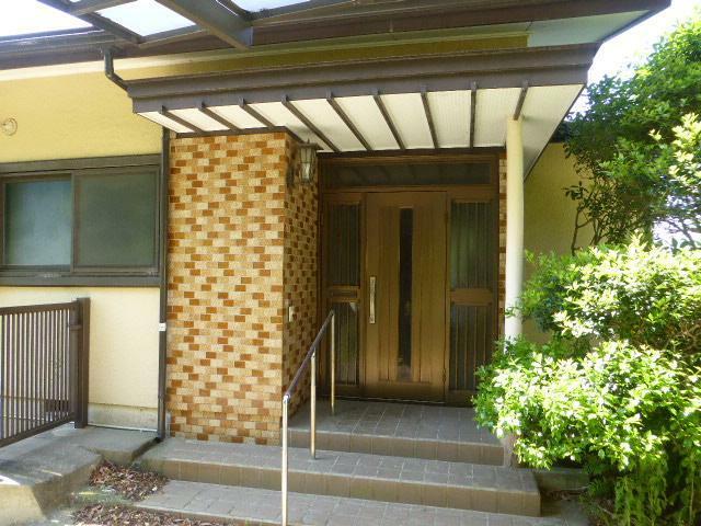 玄関 手すり付きで、タイル張りのオシャレな玄関