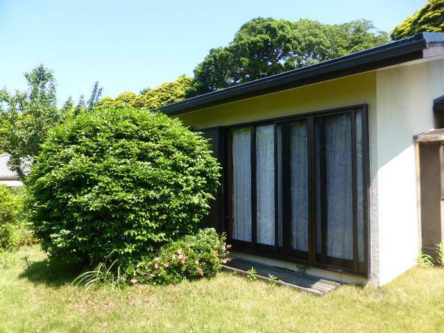 外観写真 植栽に黒枠の掃き出し窓が映えるモダンな外観
