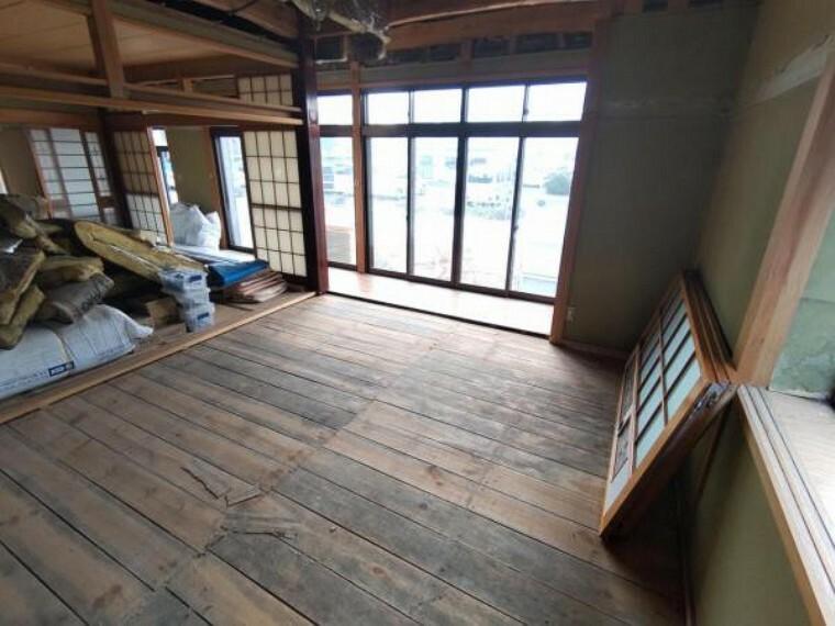 洋室 【リフォーム中】一部の和室は洋室へリフォームしていきます。これから床下地を組みフローリング張りに仕上げていきます。
