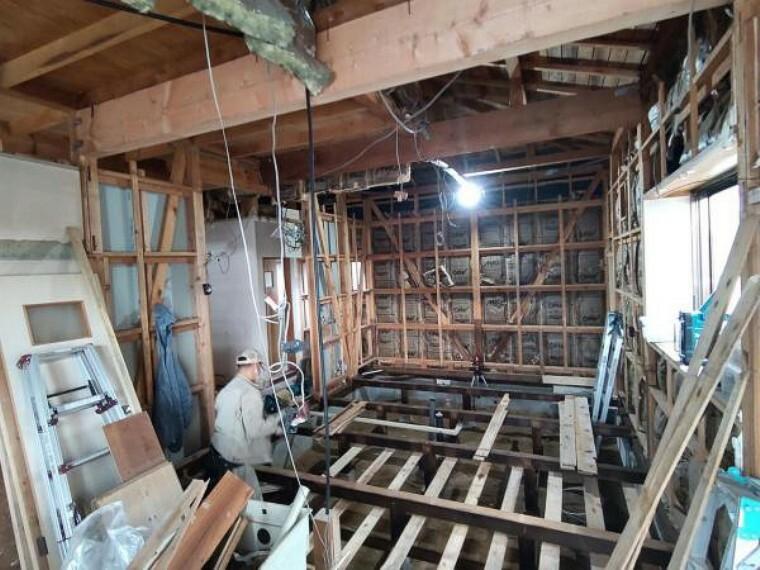 居間・リビング 【リフォーム中】LDKの写真です。梁での補強を行っております。安心してお住まいになっていただける住宅に仕上げてまいります。