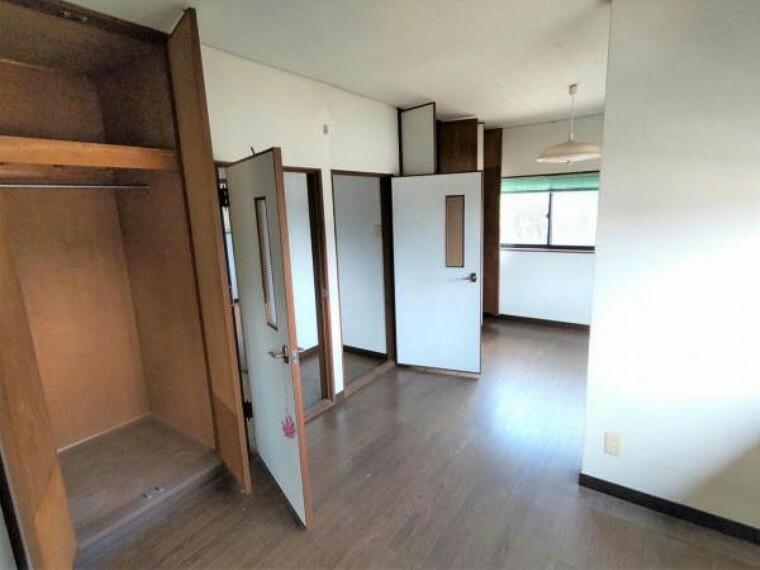 【9月4日撮影・リフォーム前写真】2階9畳洋室の写真です。これから拡張工事を行い、9帖の洋室に仕上げます。収納も十分にあるので、ご夫婦の寝室にいかがでしょうか。