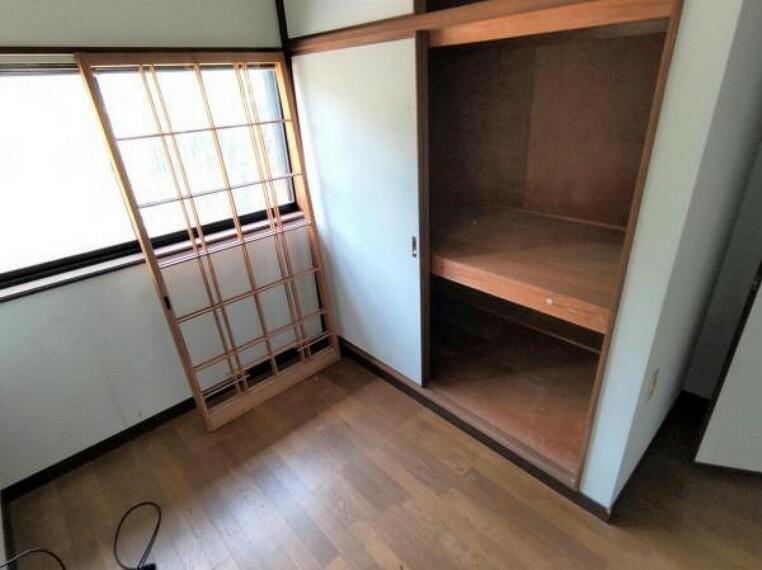 収納 【9月4日撮影・リフォーム前写真】2階ウォークインクローゼットの写真です。床・クロスの張替及び収納スペースの新設を行います。大きなお家なので、お家の物をまとめて治せる収納があると便利ですね。