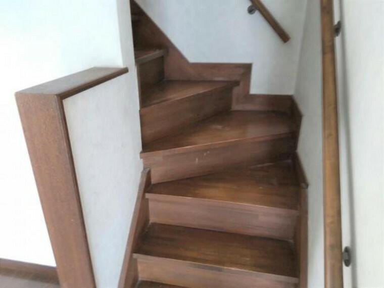 【9月4日撮影・リフォーム前写真】階段の写真です。これから延長工事を行い玄関からすぐ階段に登れるよう改善いたします。吹き抜けで開放感があります。