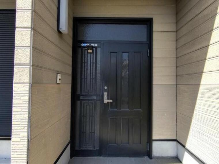玄関 【9月4日撮影・リフォーム前写真】玄関の写真です。これから鍵交換及びクリーニングを行います。