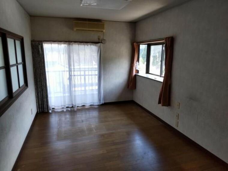 【9月4日撮影・リフォーム前写真】2階北側の洋室の写真です。床・クロスの張替及び建具の新品交換を行います。十分に収納がございますので、お子様のお部屋にいかがでしょうか。