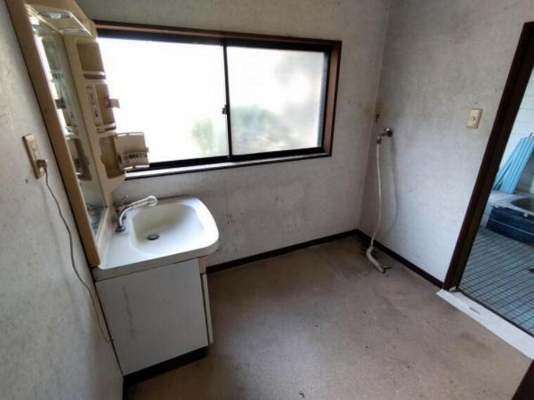 洗面化粧台 【9月4日撮影・リフォーム前写真】洗面脱衣の写真です。これから水回りの新品交換及び洗面台の新品交換を行います。新しい洗面台で毎日の準備もはかどりますね。