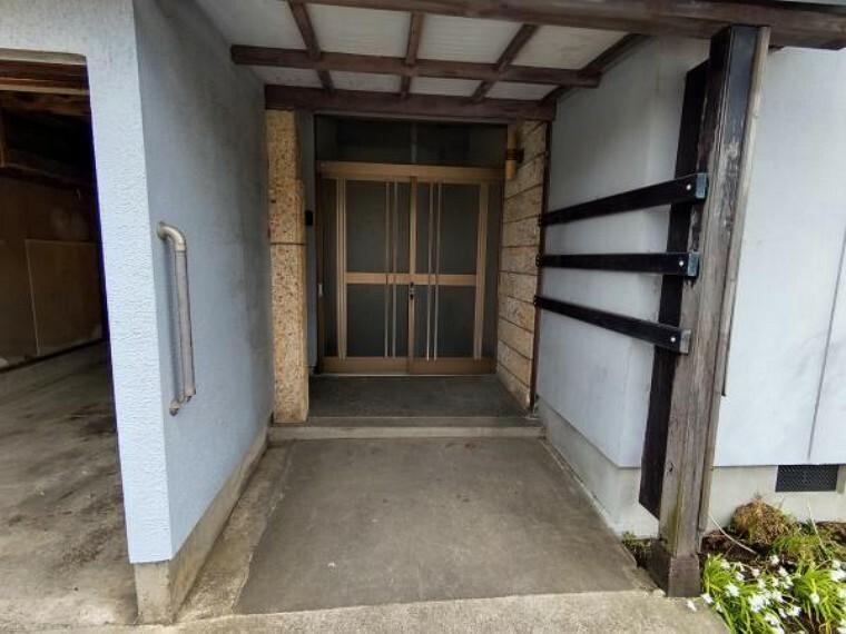玄関 【リフォーム中】玄関ドア交換、インターホン新設、照明新設予定です。玄関はお家の顔となる部分。お客様が最初に目にする場所だからこそ、第一印象が大切ですね。