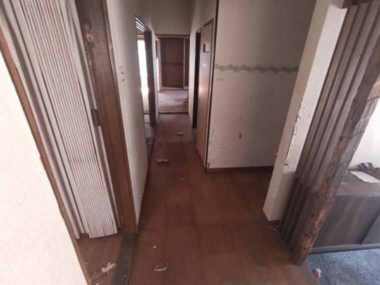 【リフォーム中】廊下は、クロス張替え、床フローリング仕上げ、照明新設を行う予定です。