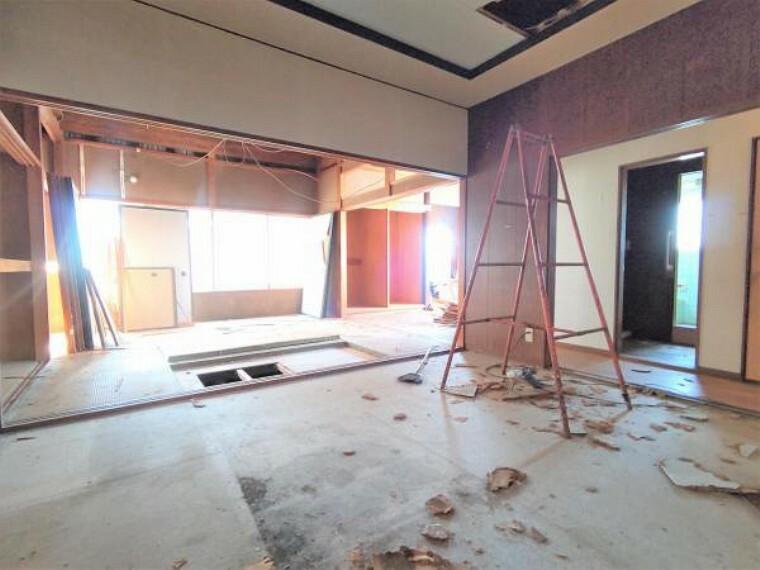 リビングダイニング 【リフォーム中】リビングは和室2間をつなげて約18帖に変更します。壁、天井クロス張替え、床はフロア仕上げに変更致します。