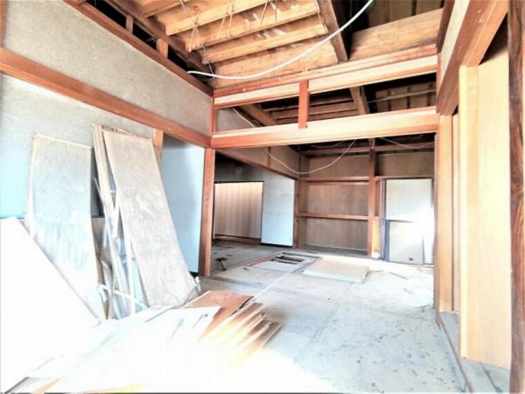 駐車場 【リフォーム中】1階和室6畳は掘り込み車庫に変更予定です。床は土間打ち、壁と天井は防火材で仕上げる予定です。照明も新設致します。雨雪を防げるのは嬉しいですね。