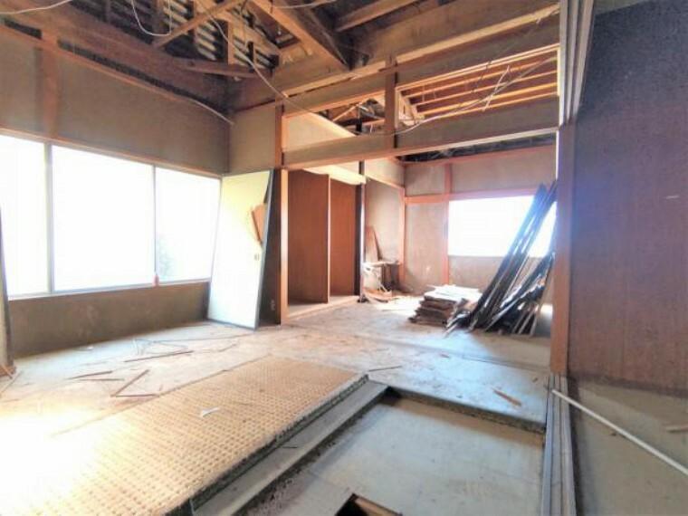 リビングダイニング 【リフォーム中】和室と繋げて約18帖リビングに変更予定です。対面キッチン新設、壁と天井クロス張替え、床はフロアで仕上げる予定です。くつろげる家族団欒スペースが広々18帖なのは嬉しいですね。家具選びも楽しみになります。
