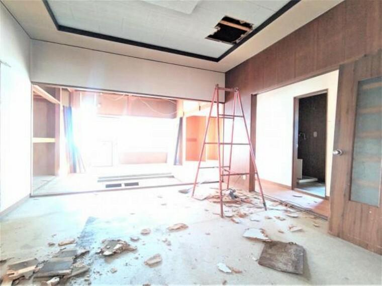 リビングダイニング 【リフォーム中】リビングは和室とDKをつなげて18帖のLDKを新設。クロス張替え、建具交換、床フローリング重ね張り、照明交換を予定しております。クローゼットがあるので、物や人の集まるLDKの空間を広くスッキリと使っていただけますよ。