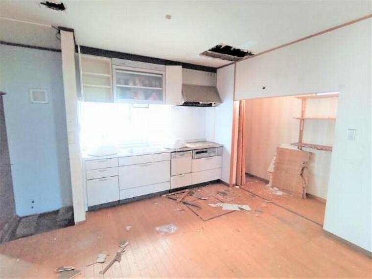 洋室 【リフォーム中】DKは洋室6帖に変更予定です。クロス張り替え、床フローリング仕上げ、照明新設を行う予定です。玄関はいってすぐのお部屋ですので、客間にしてもいいですね。