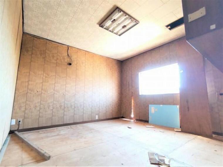 洋室 【リフォーム中】2階洋室8帖は、クロス張替え、床フローリング仕上げ、照明交換、クローゼット新設を行う予定です。お子様の部屋にもいいですね。