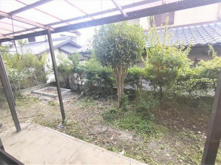 庭 【リフォーム中】庭写真です。これから樹木を伐採し、整地して砂利敷で仕上げる予定です。